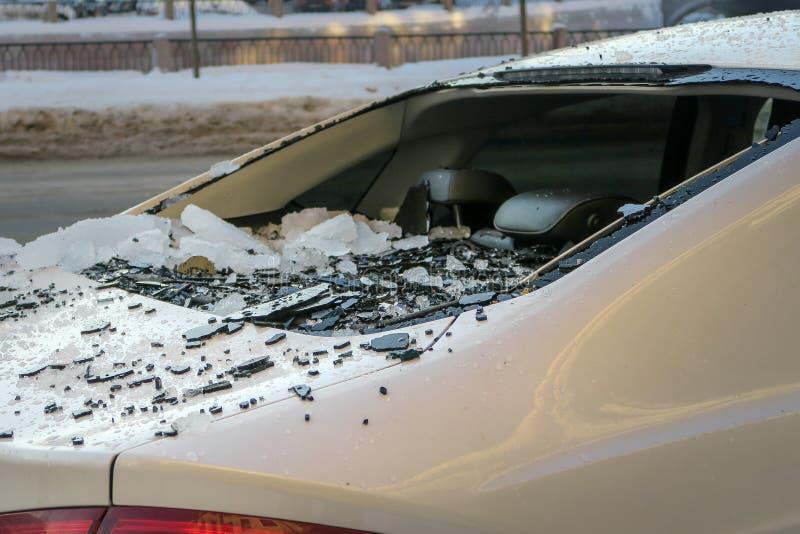 残破的偷车视窗 从落的冰的损坏的汽车 免版税库存照片