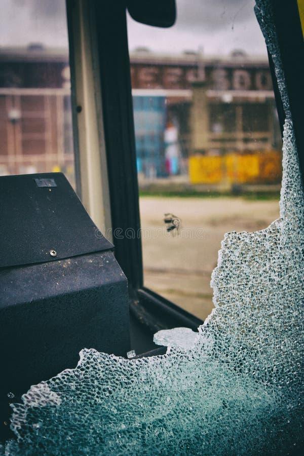 残破的公共汽车窗口 库存照片