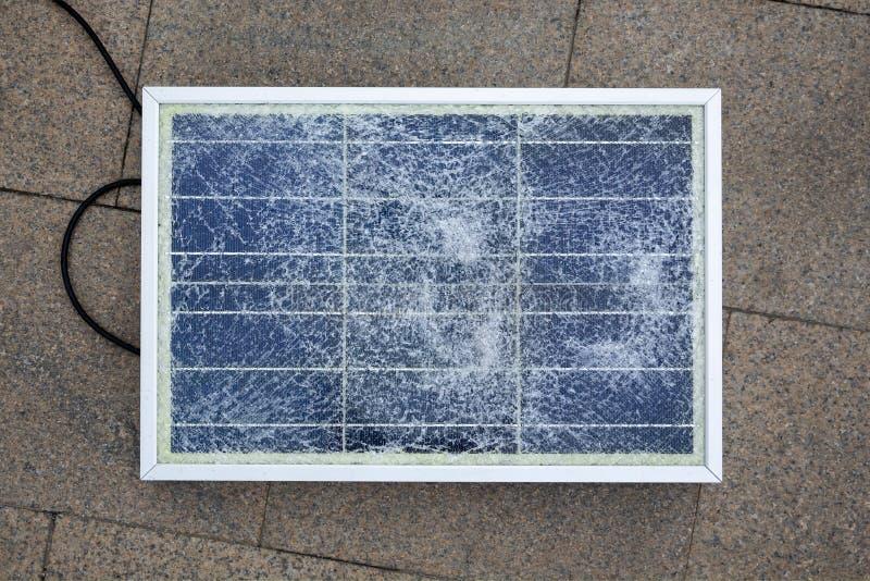 残破的太阳电池板抗议 库存图片