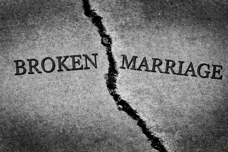 残破的婚姻离婚夫妇被撕开的被毁坏的关系 免版税库存图片
