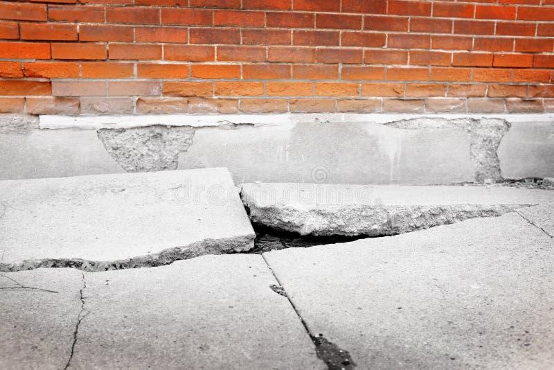 残破的崩裂的边路具体危险 免版税库存图片