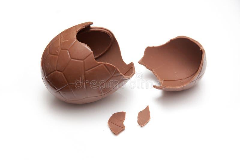 残破的巧克力复活节彩蛋 免版税库存图片