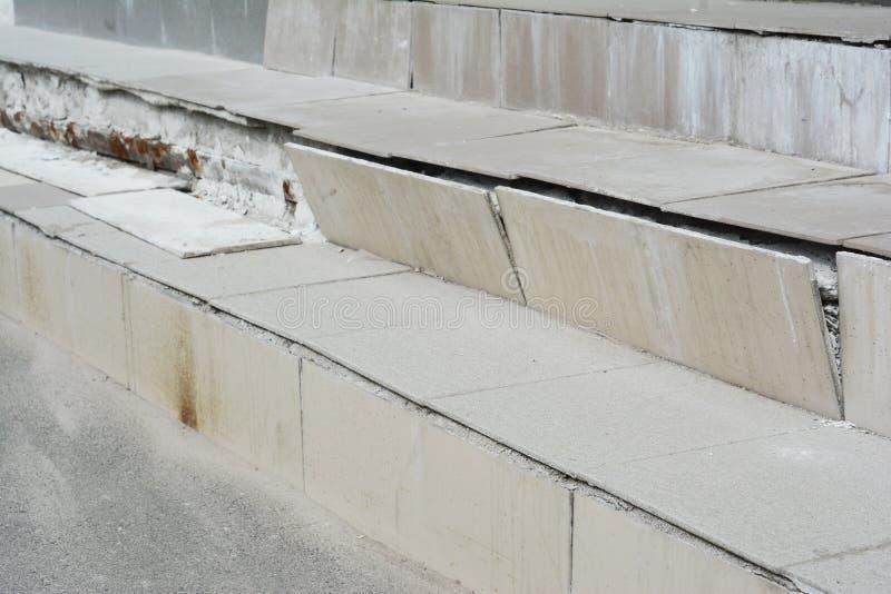 残破的房子步需要修理 家户外amaged台阶盒 库存图片