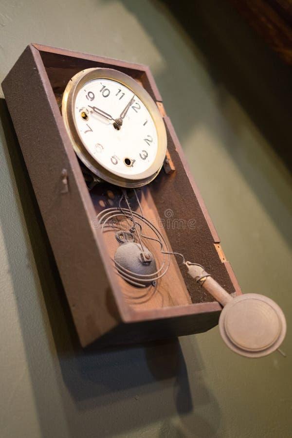 残破的时钟在最后书店 免版税库存图片
