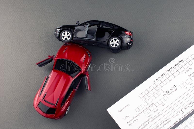 残破的汽车和汽车保险文件 免版税库存照片