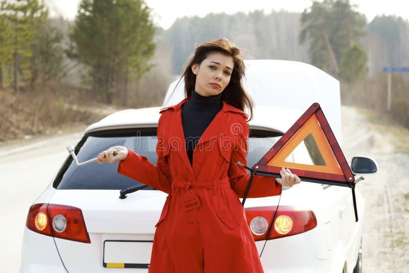 残破的汽车她的妇女 免版税图库摄影