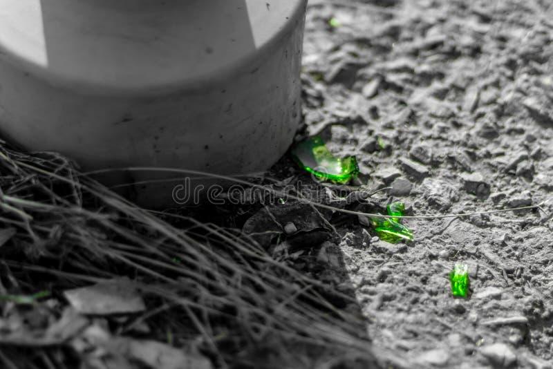 残破的玻璃片断特写镜头射击在石地板上的 图库摄影