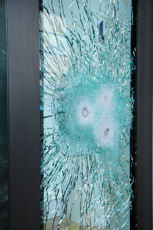 残破的玻璃用子弹 防弹玻璃 免版税库存照片