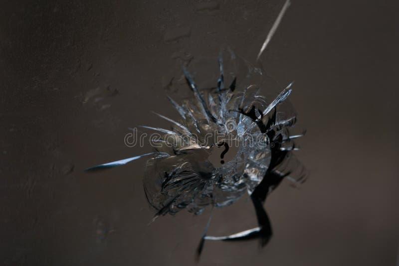 残破的玻璃 孔,镇压在从子弹头的片段的窗口里 背景,纹理 残破的生活的标志 如何 免版税库存图片