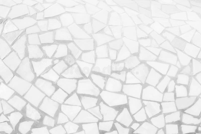 残破的瓦片马赛克无缝的样式 白色和灰色无缝瓦片墙壁高分辨率真正的照片或的砖和纹理 免版税图库摄影