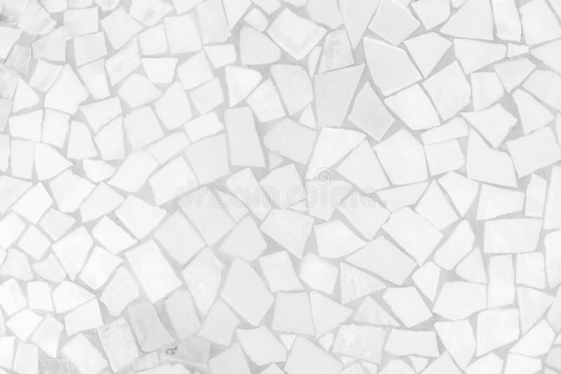 残破的瓦片马赛克无缝的样式 白色和灰色无缝瓦片墙壁高分辨率真正的照片或的砖和纹理 免版税库存照片