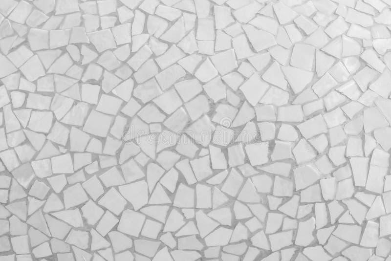 残破的瓦片马赛克无缝的样式 白色或灰色瓦片真正的wa 免版税库存照片