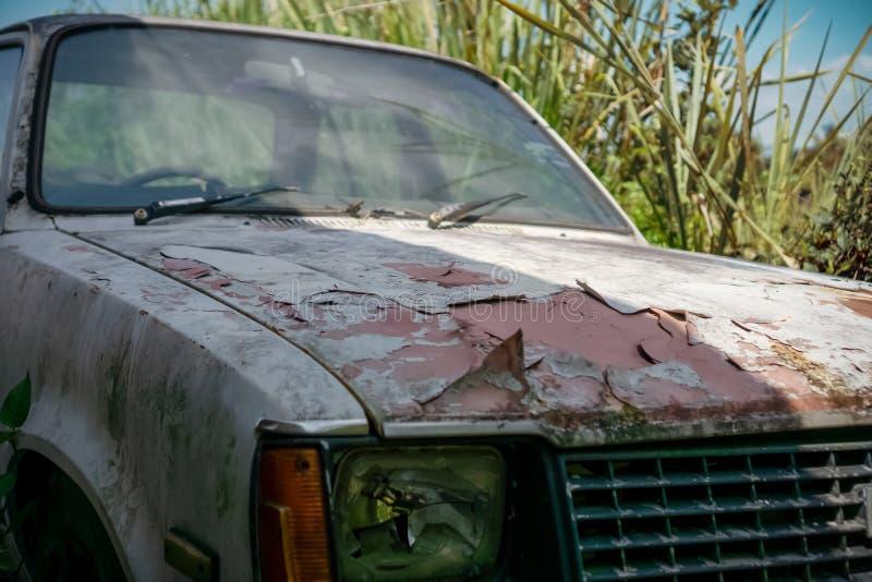 残破的生锈的老汽车 免版税库存照片