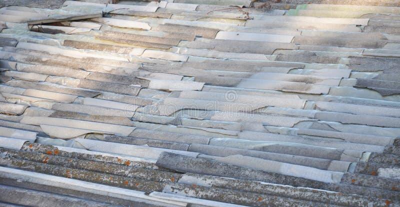 残破的石棉屋顶板料 清除石棉 库存图片
