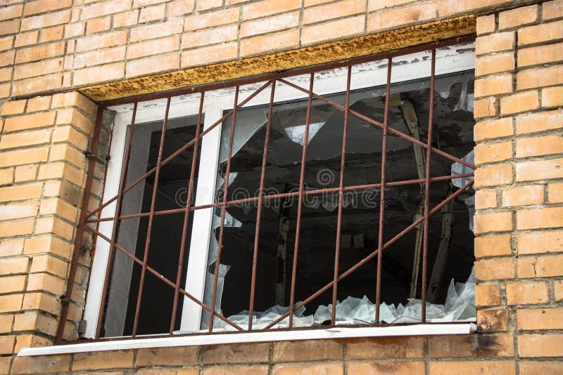 残破的禁止的窗口在一个被放弃的砖房子里 流氓性质,故意破坏 免版税库存照片