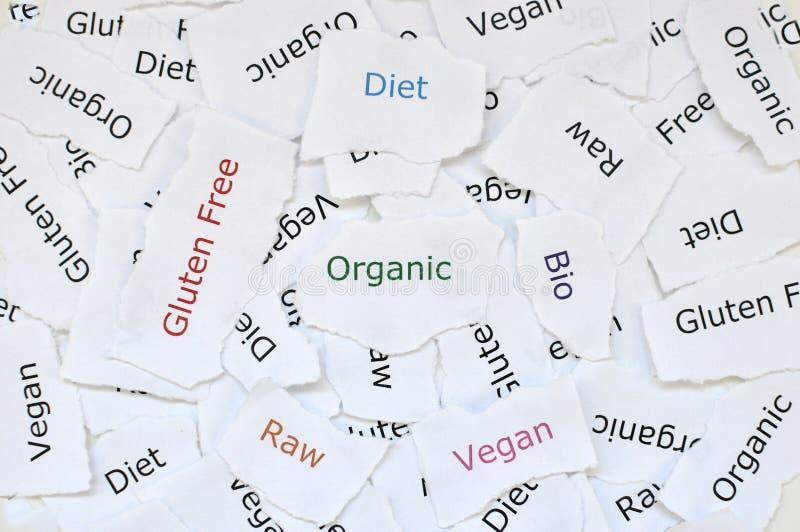 残破的纸任意小的张的概念打印与有机的词,饮食,自由的面筋,未加工,生物,素食主义者 免版税图库摄影