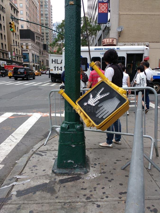 残破的行人交通信号, NYC, NY,美国 免版税库存图片