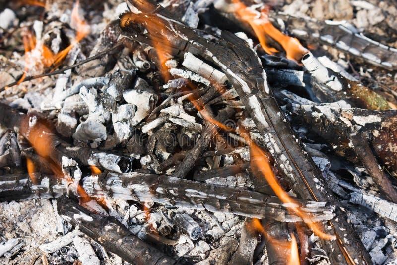 残破的闷燃的篝火 库存照片