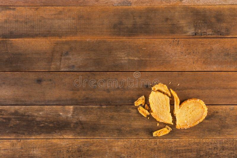 残破的饼干心形 免版税库存照片