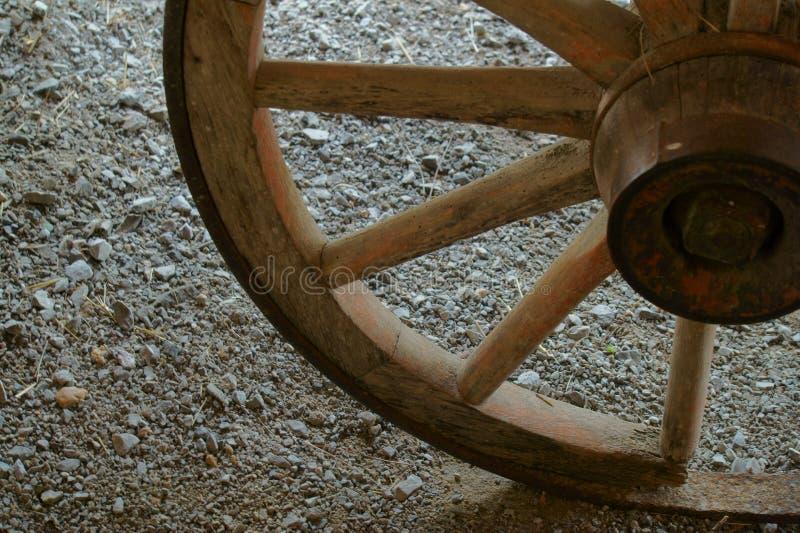 残破的马车车轮 库存照片