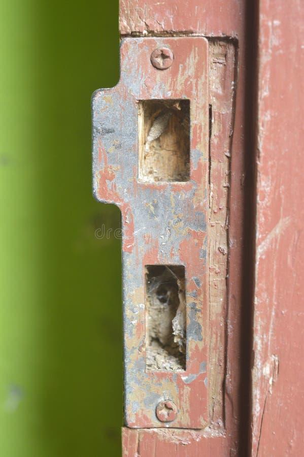 残破的黄铜门锁 库存照片