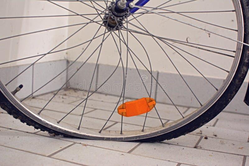 残破自行车车轮倾向和扭转的轮幅和平展疲乏 库存图片