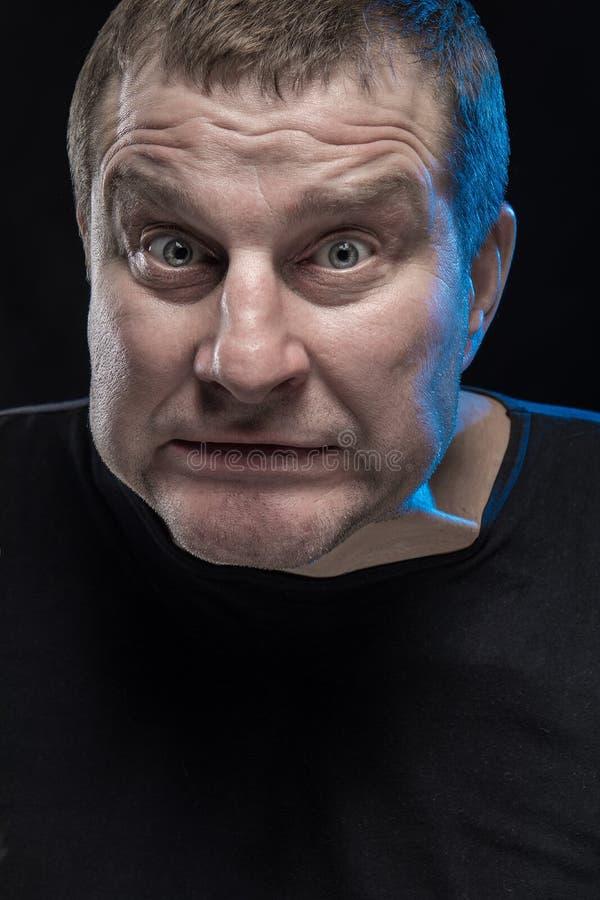 残酷人演员姿势示意并且做鬼脸 免版税图库摄影
