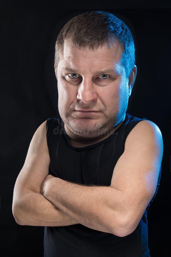 残酷人演员姿势示意并且做鬼脸 免版税库存照片
