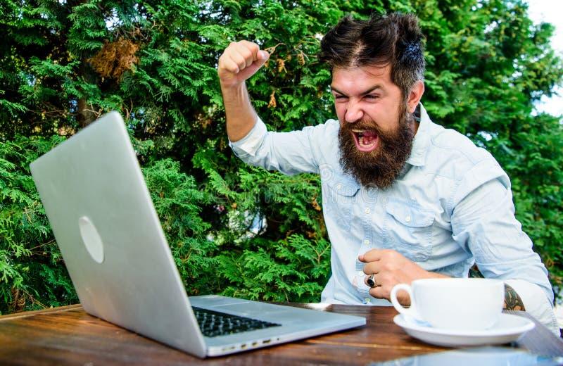 残酷有胡子的行家需要咖啡休息 研究膝上型计算机的被注重的人 沮丧的办公室工作者 agiler 库存照片