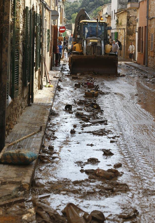 残骸和泥在洪水以后在圣Llorenc海岛马略卡垂直的 免版税库存图片