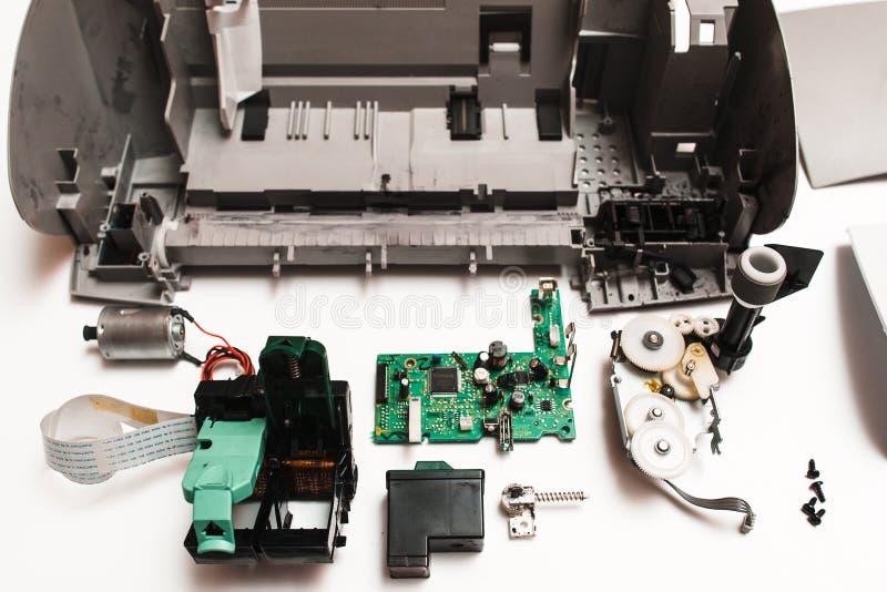 残破的喷墨打印机的零件在白色背景的 免版税库存图片
