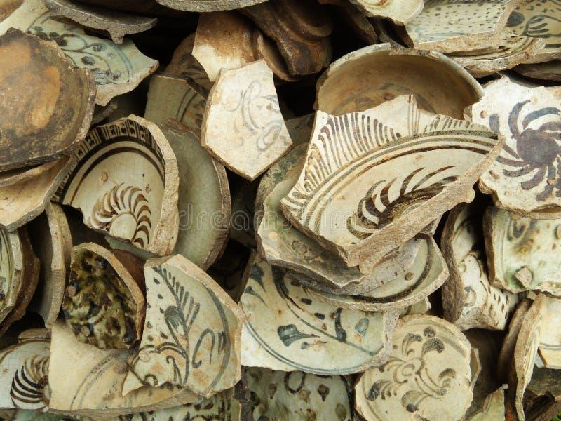 残破的土制瓶子许多片断  免版税库存照片