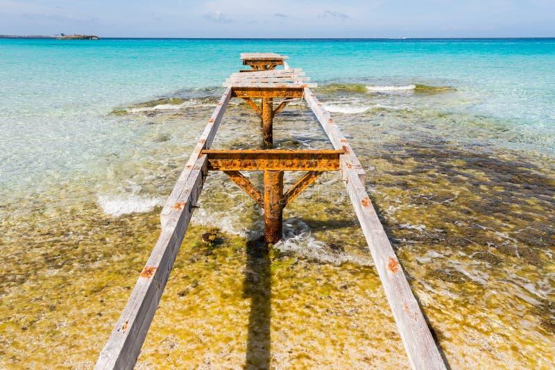 残破的木码头Illetes海滩Formentera海岛 免版税图库摄影