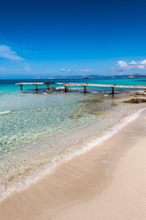 残破的木码头Illetes海滩Formentera海岛 免版税库存照片