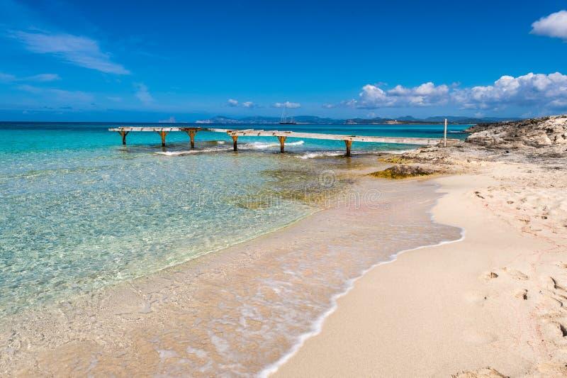 残破的木码头Illetes海滩Formentera海岛 免版税库存图片