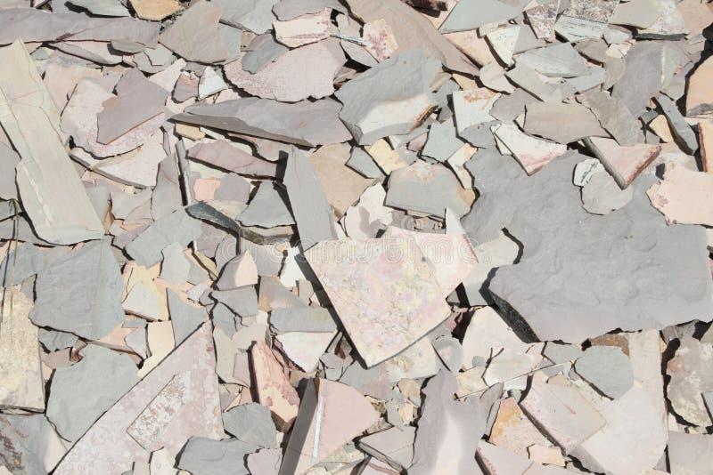 残破的油母页岩堆自然石头 免版税图库摄影