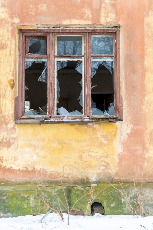 残破的窗口在火以后的一个老房子里 免版税库存图片