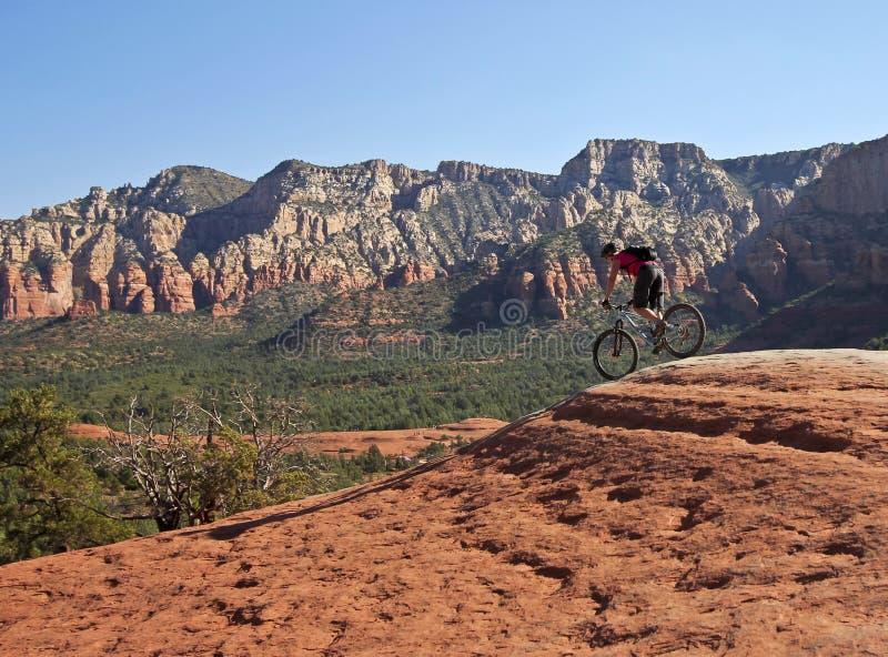 残破的箭头足迹的一个Sedona山骑自行车的人 库存照片