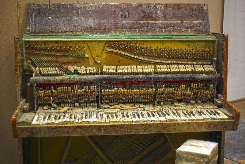 残破的钢琴 库存照片