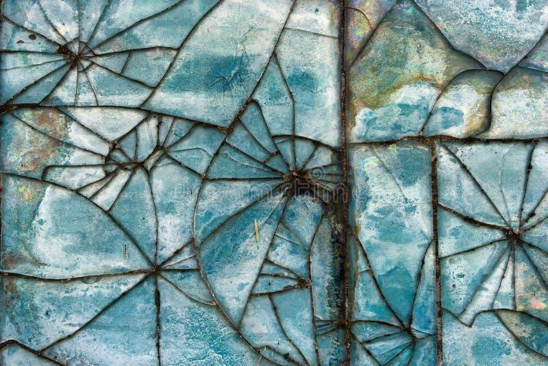残破的玻璃瓦片的样式在墙壁上的 库存照片