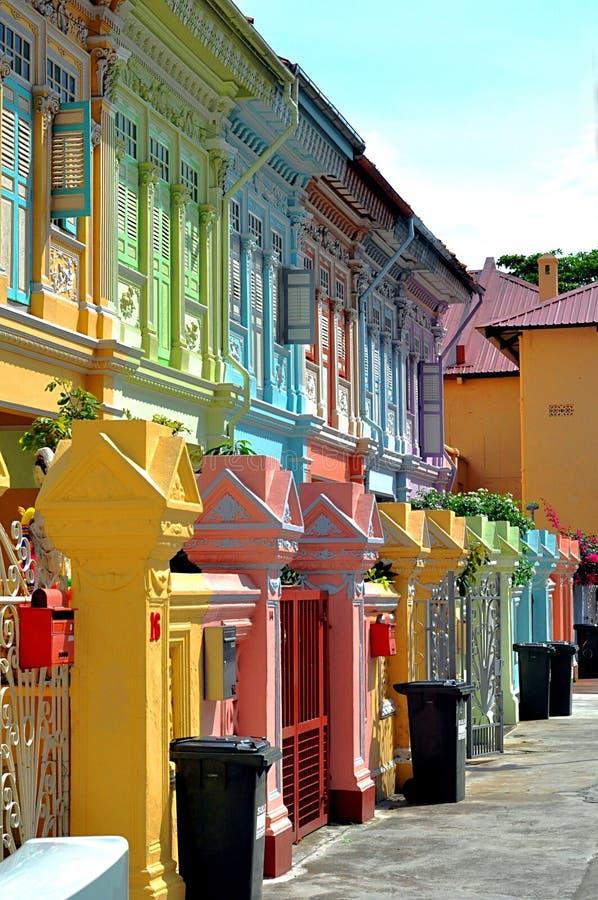 殖民地五颜六色的房子 免版税库存图片