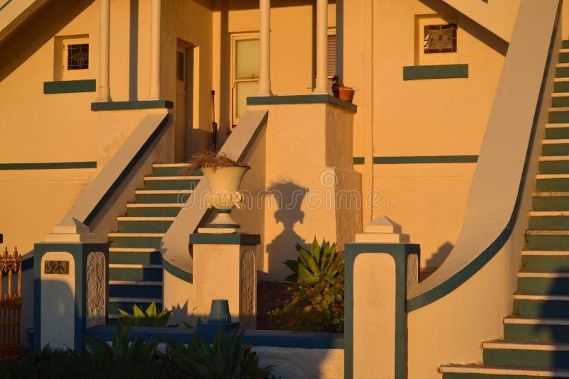 殖民地在日落光的房子前沿 图库摄影