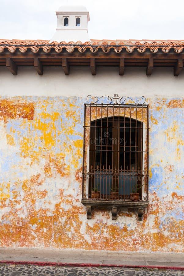 殖民地大厦和被修补的街道在安提瓜,危地马拉,中美洲 图库摄影