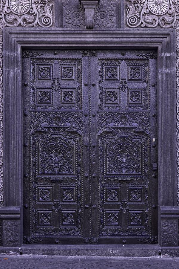 殖民地居民被雕刻的门 免版税库存照片