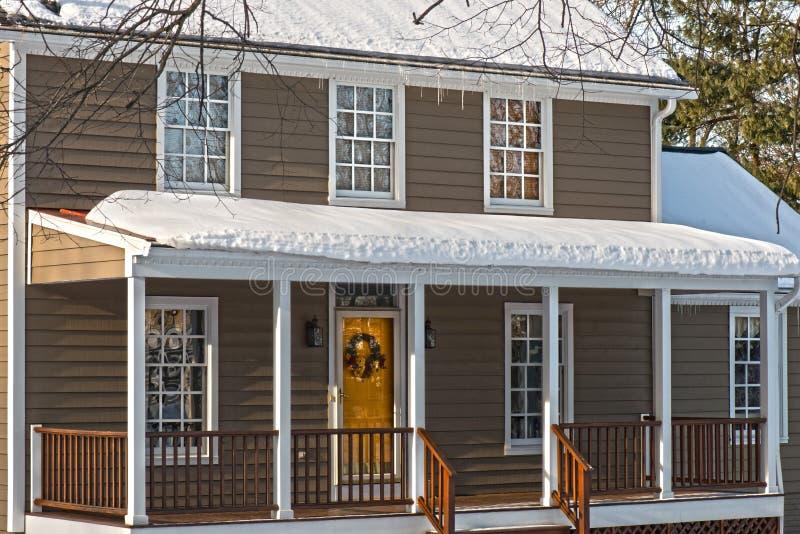 殖民地房子在冬天 免版税库存照片