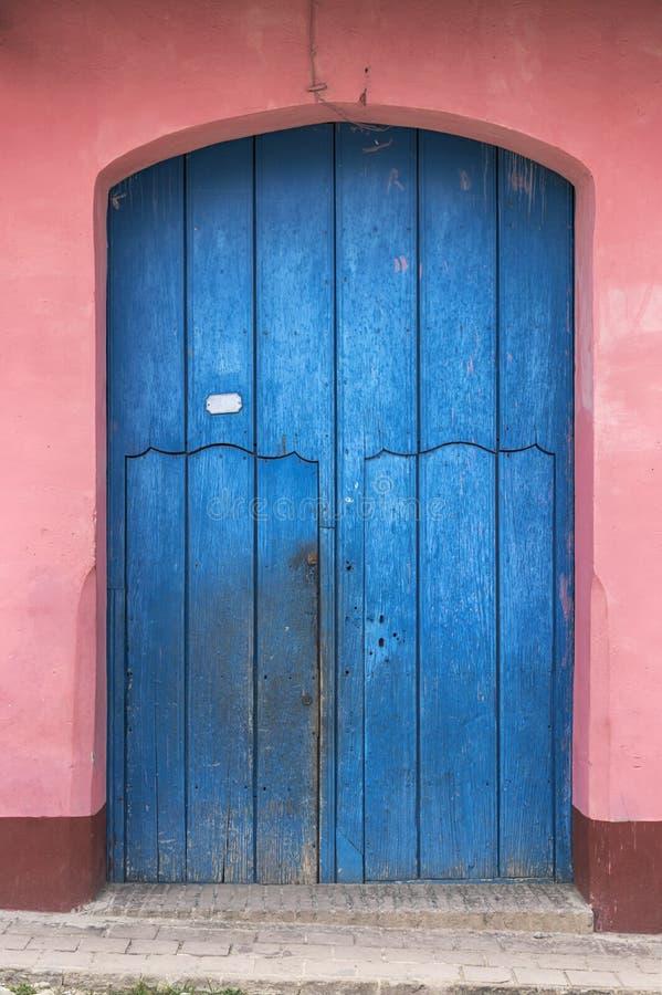 殖民地房子的门在特立尼达,古巴 免版税库存图片