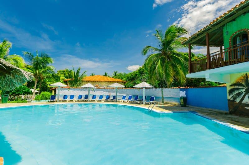 殖民地旅馆地面、美丽的游泳池和减速火箭的时髦的大厦巨大风景视图在蓝天 免版税库存照片