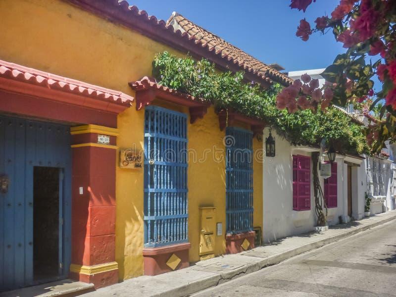 殖民地样式五颜六色的议院在卡塔赫钠de Indias哥伦比亚 库存图片