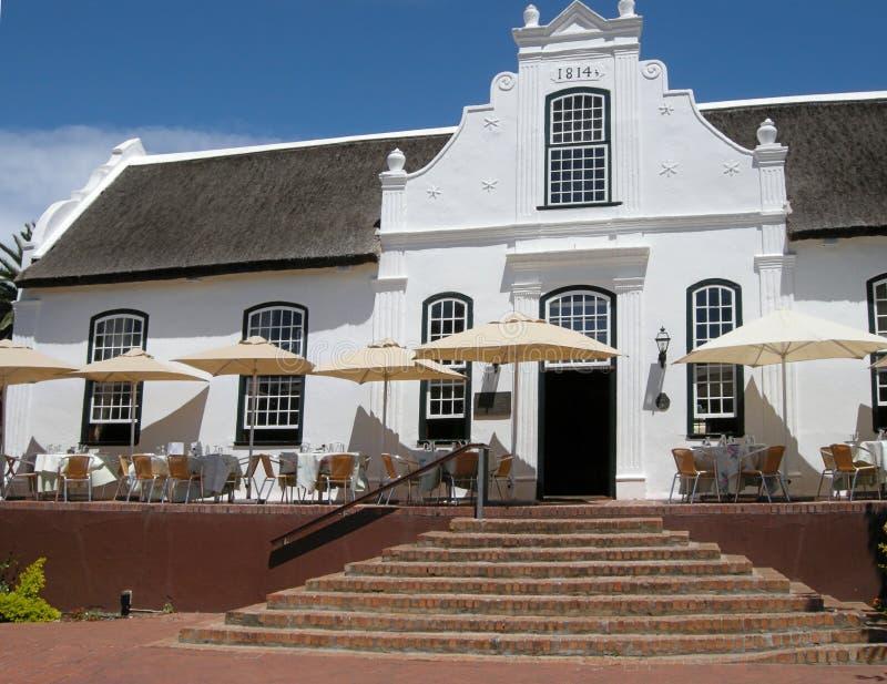 殖民地样式的白色房子在酒农场,斯泰伦博斯,南非 库存照片