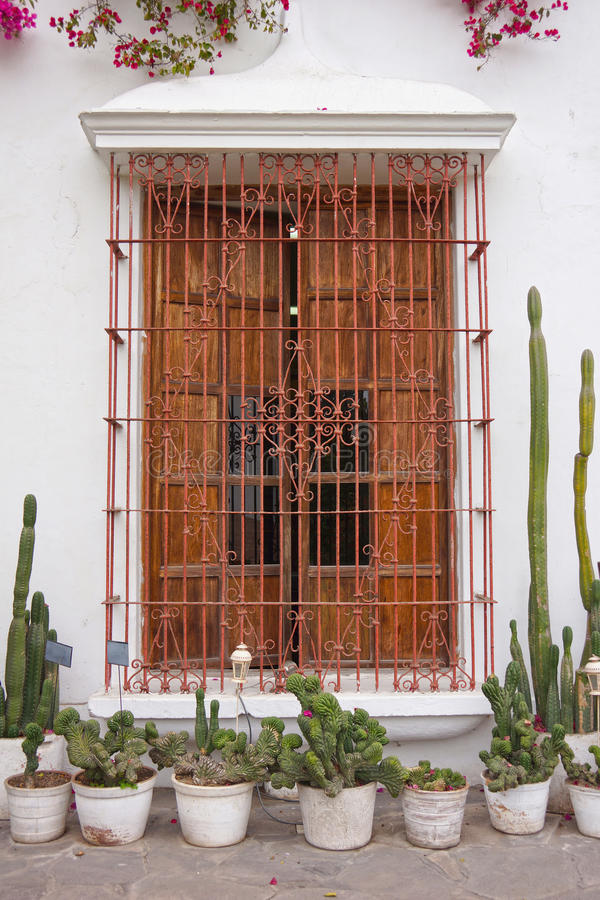 殖民地窗口在利马,秘鲁 免版税库存照片